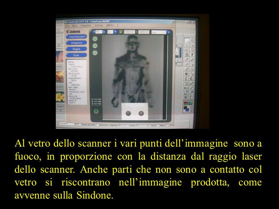 Al vetro dello scanner i vari punti dell'immagine sono a fuoco, in proporzione con la distanza dal raggio laser dello scanner. Anche parti che non son