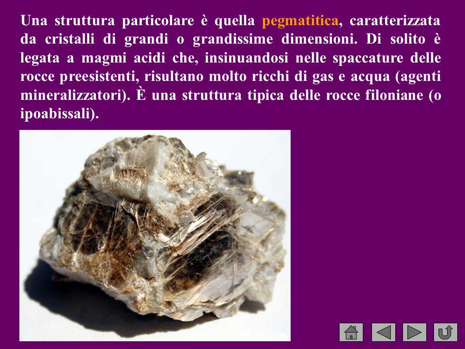 Una struttura particolare è quella pegmatitica, caratterizzata da cristalli di grandi o grandissime dimensioni.