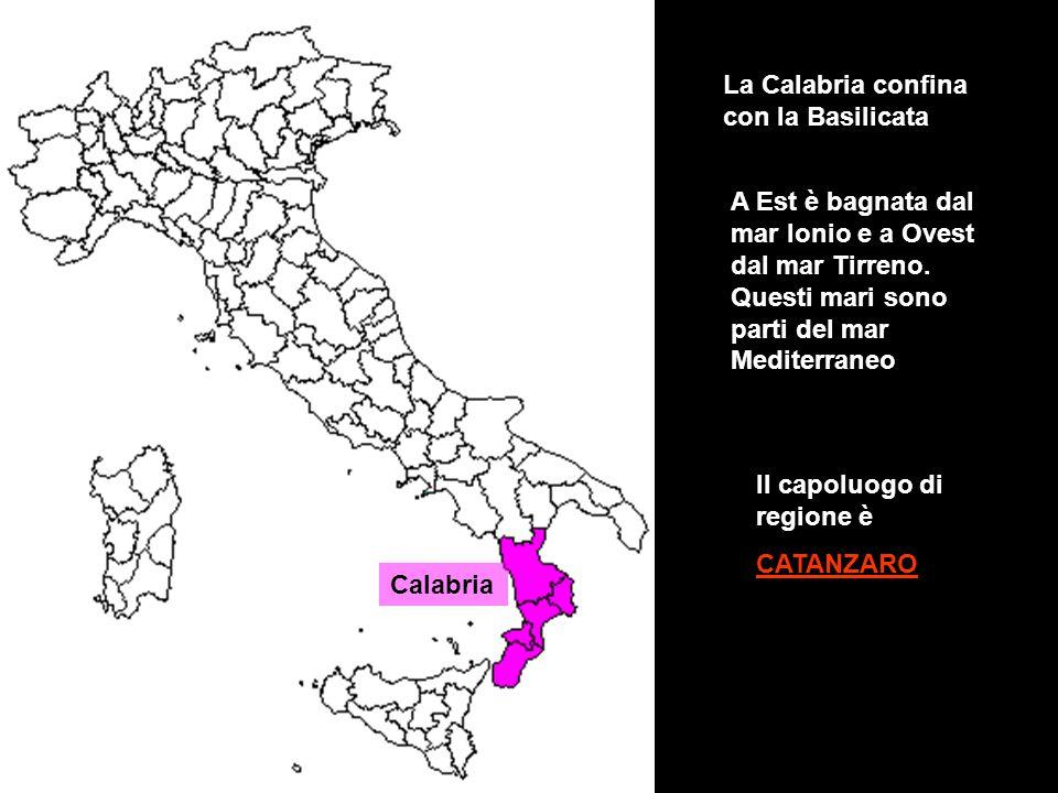 Calabria La Calabria confina con la Basilicata A Est è bagnata dal mar Ionio e a Ovest dal mar Tirreno. Questi mari sono parti del mar Mediterraneo Il
