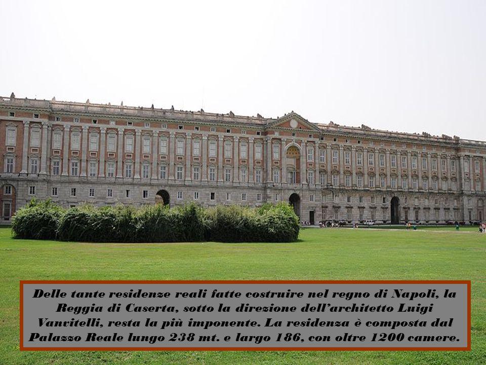 La reggia ebbe duplice destinazione: residenza estiva reale e sede del Museo per raccogliere gli oggetti rinvenuti negli scavi di Ercolano ed è dotata anche di un ampio parco, con giardino all inglese e un anfiteatro.