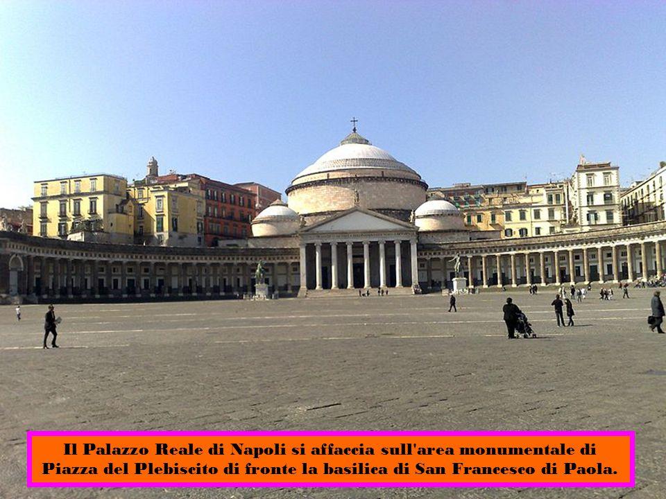 Il Palazzo Reale di Napoli si affaccia sull area monumentale di Piazza del Plebiscito di fronte la basilica di San Francesco di Paola.