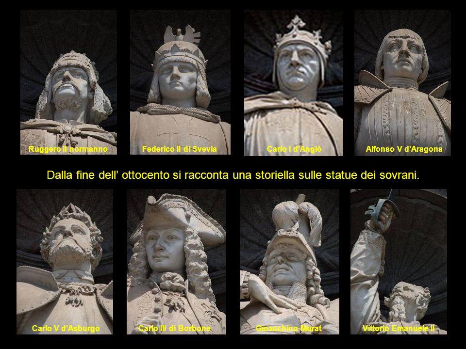 Le statue sono esposte, da sinistra rispetto la facciata, in ordine cronologico: il primo re di Napoli fu Ruggero il normanno l'ultimo Vittorio Emanuele II, che però non fu mai sovrano di Napoli, ma Re d Italia.