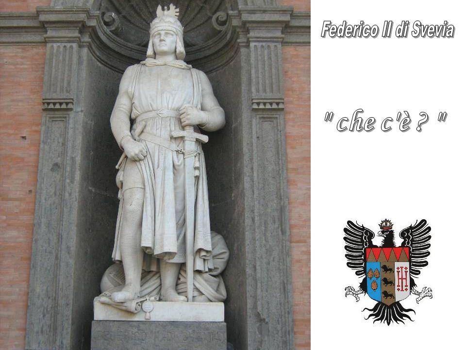 Il San Carlo, di cui vediamo la facciata laterale, è il più antico teatro d'Europa e il più capiente teatro all italiana della penisola.
