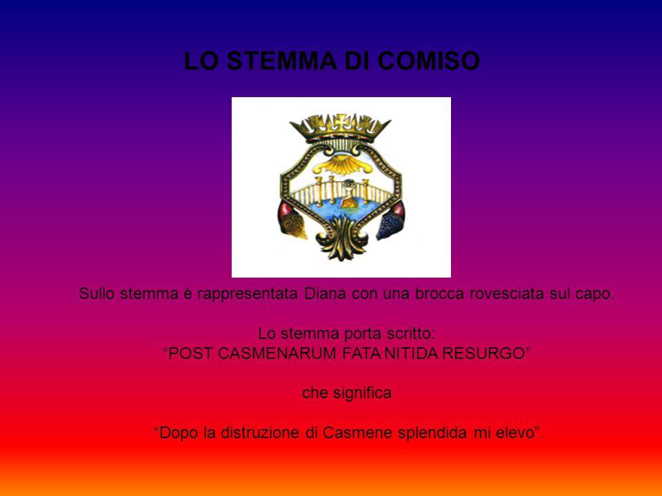 """LO STEMMA DI COMISO Sullo stemma è rappresentata Diana con una brocca rovesciata sul capo. Lo stemma porta scritto: """"POST CASMENARUM FATA NITIDA RESUR"""