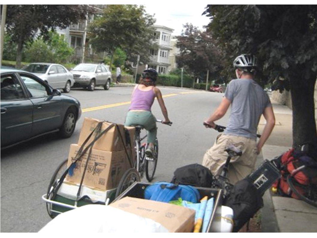 Non solo si trasportano oggetti con la bicicletta,ma anche persone,aggiungendo un seggiolino nel davanti o nel dietro della bicicletta.