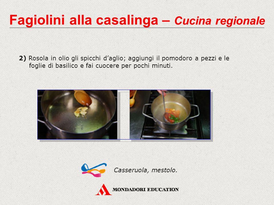 2) Rosola in olio gli spicchi d'aglio; aggiungi il pomodoro a pezzi e le foglie di basilico e fai cuocere per pochi minuti. Casseruola, mestolo. Fagio