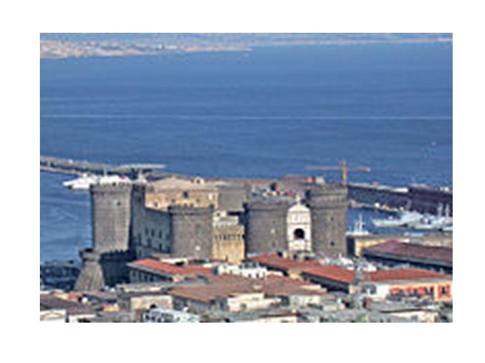 Nel 1443 Alfonso d Aragona, che aveva conquistato il trono di Napoli, stabilì nel castello una corte, tale da competere con la corte fiorentina di Lorenzo il Magnifico e la fortezza venne completamente ricostruita nelle forme attuali, mantenendo la sua funzione di centro del potere regale.1443 Nella sala dei Baroni si svolse l'epilogo della famosa congiura dei baroni, ordita contro re Ferdinando I, figlio di Alfonso, da numerosi nobili, capeggiati da Antonello II di Sanseverino, principe di Salerno, e da Francesco Coppola, conte di Sarno.
