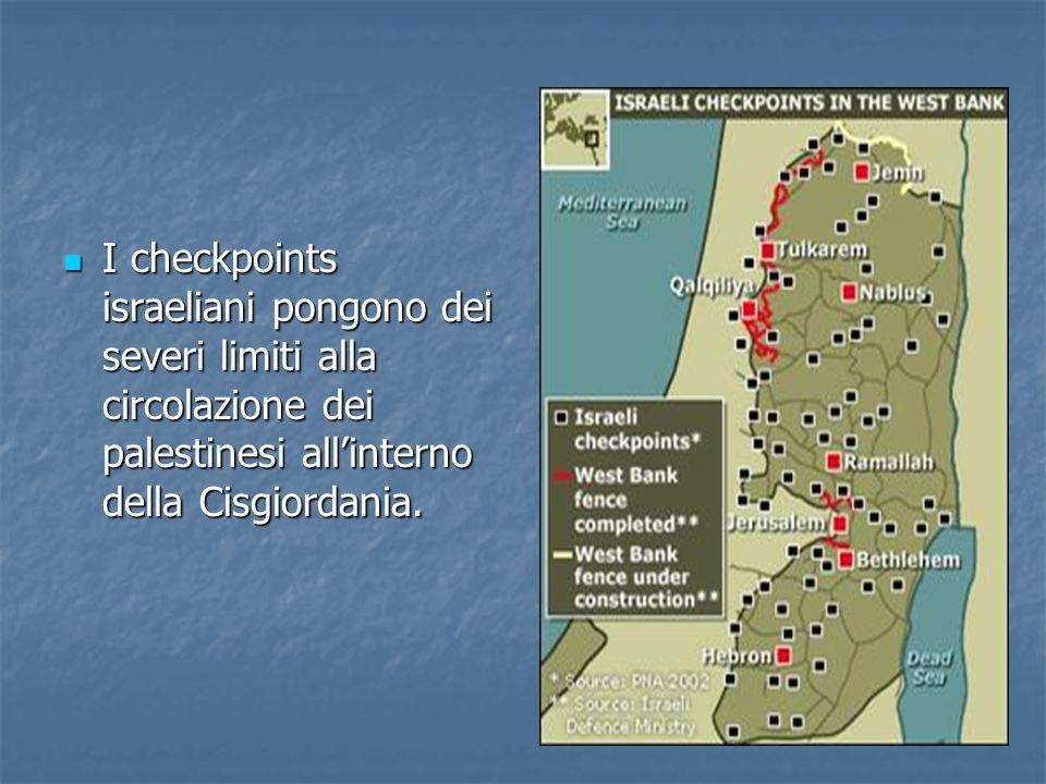 I checkpoints israeliani pongono dei severi limiti alla circolazione dei palestinesi all'interno della Cisgiordania.