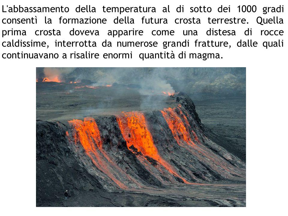 L'abbassamento della temperatura al di sotto dei 1000 gradi consentì la formazione della futura crosta terrestre. Quella prima crosta doveva apparire
