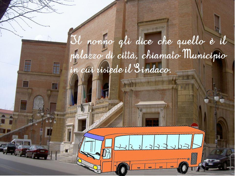 Mentre l'autobus attraversa la città, Martino vede tanti palazzi antichi, ma uno di questi ha sulla facciata tre bandiere che si muovono al vento e chiede al nonno il nome di quel palazzo.