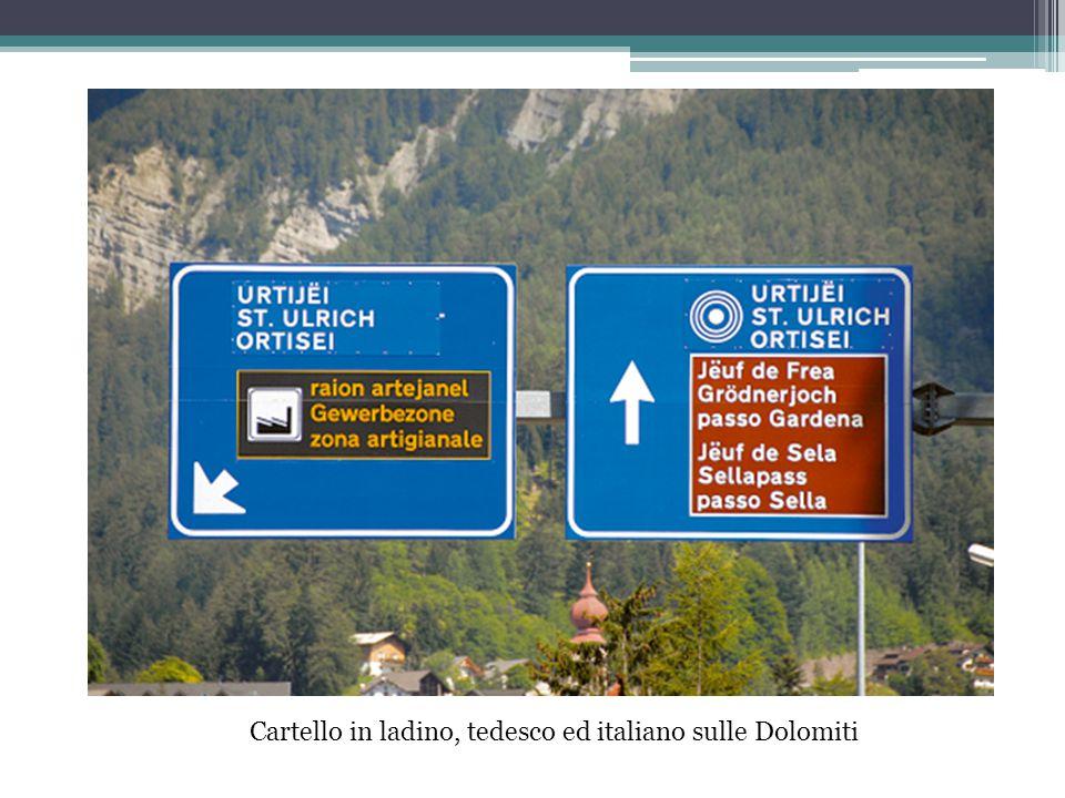 Cartello in ladino, tedesco ed italiano sulle Dolomiti