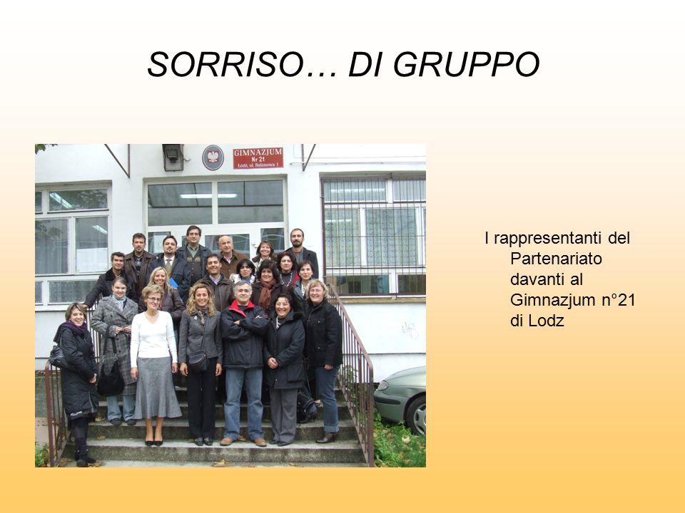 SORRISO… DI GRUPPO I rappresentanti del Partenariato davanti al Gimnazjum n°21 di Lodz