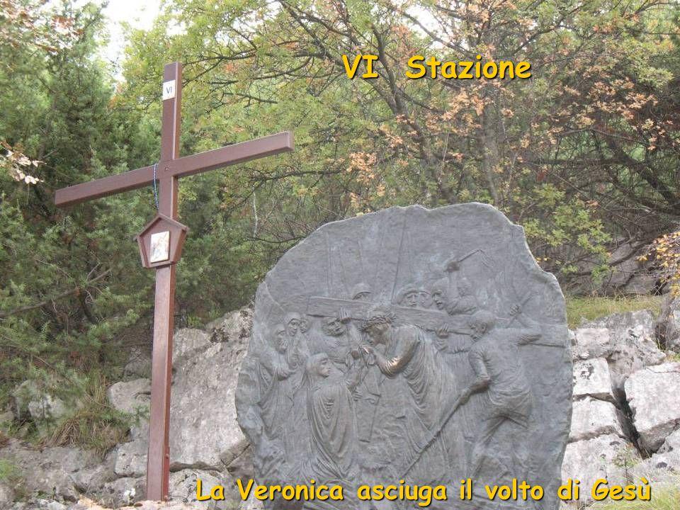 V Stazione Gesù è aiutato dal Cireneo a portare la Croce