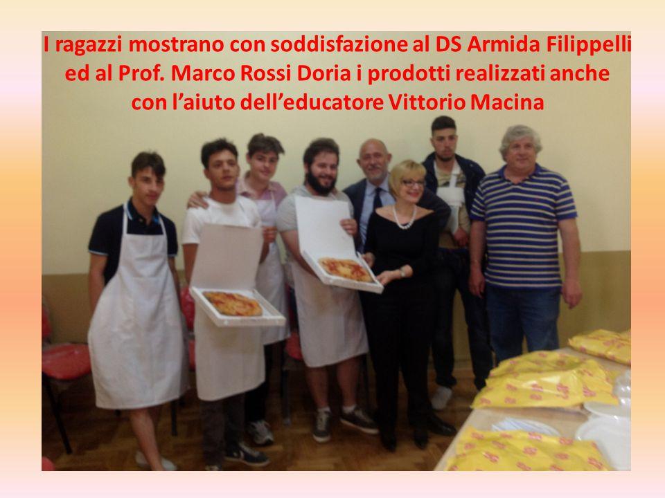 I ragazzi mostrano con soddisfazione al DS Armida Filippelli ed al Prof.