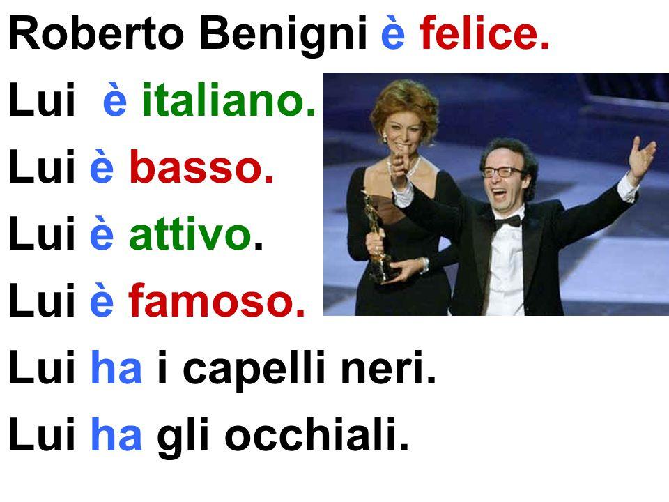 Roberto Benigni è felice.Lui è italiano. Lui è basso.