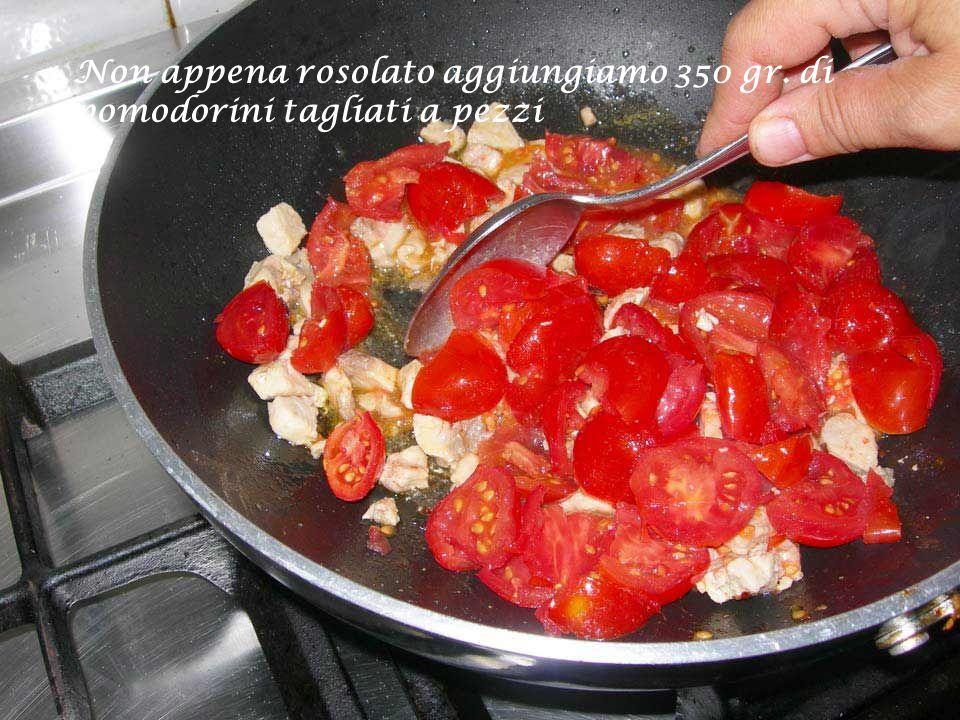 Mettiamolo a rosolare in una padella antiaderente dove avremo prima lasciato imbiondire uno spicchio di aglio in poco olio di oliva e peperoncino tritato