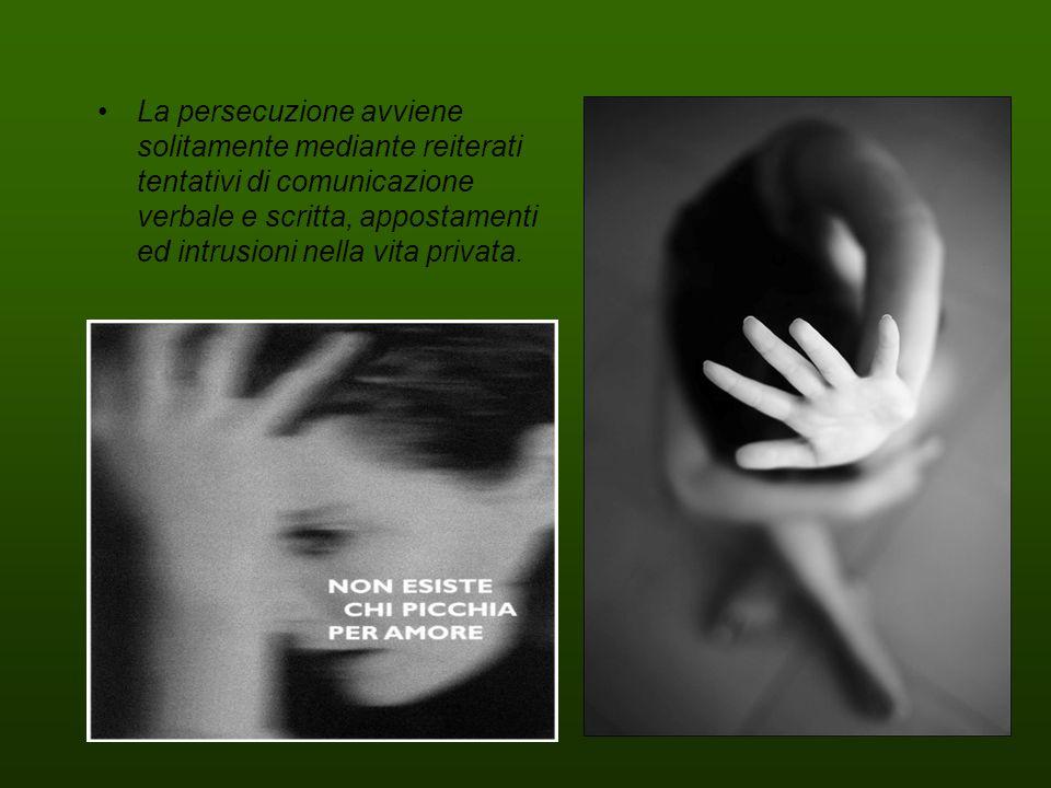 La persecuzione avviene solitamente mediante reiterati tentativi di comunicazione verbale e scritta, appostamenti ed intrusioni nella vita privata.