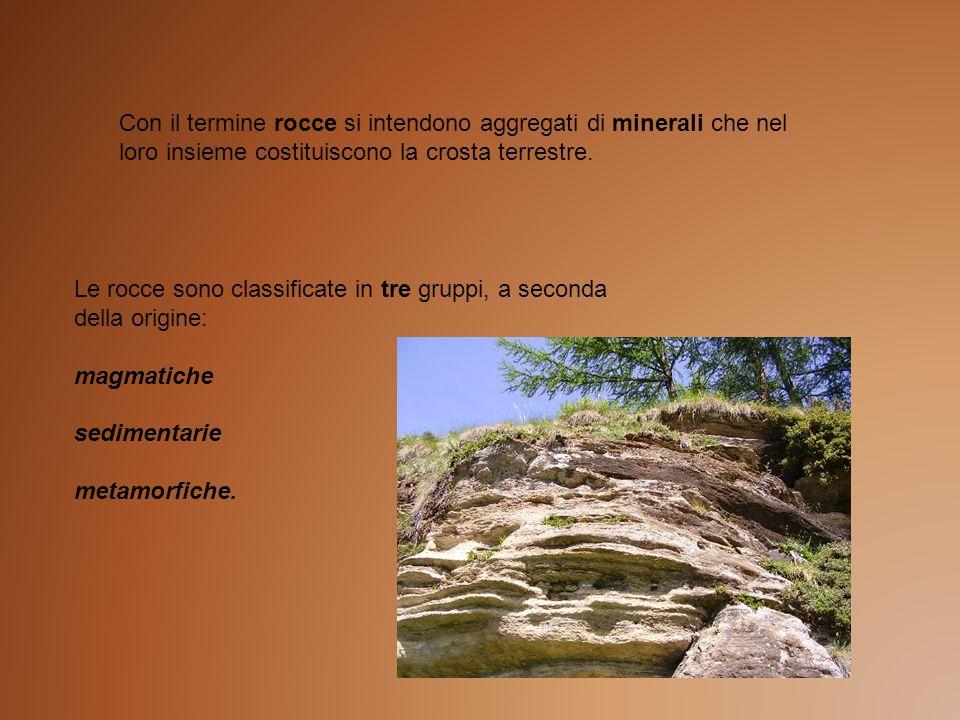 Le rocce sono classificate in tre gruppi, a seconda della origine: magmatiche sedimentarie metamorfiche. Con il termine rocce si intendono aggregati d