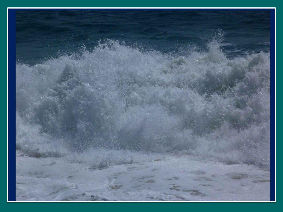 E intanto sul lago si leva una forte tempesta, e proprio in mezzo alla tempesta Gesù raggiunge la barca dei discepoli, camminando sulle acque del lago.