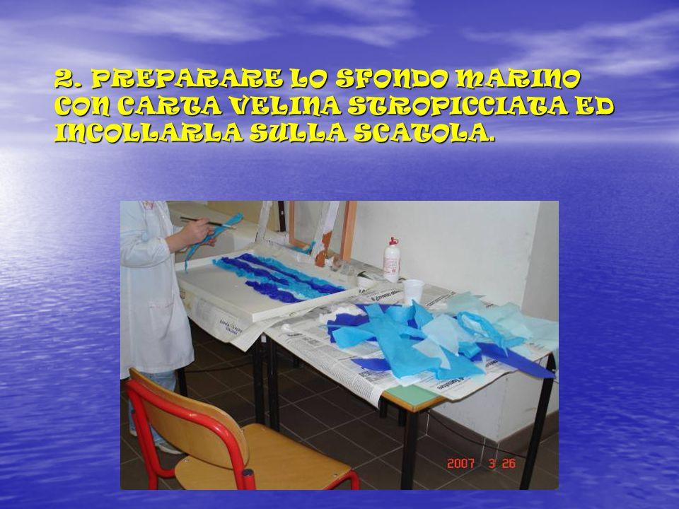 2. PREPARARE LO SFONDO MARINO CON CARTA VELINA STROPICCIATA ED INCOLLARLA SULLA SCATOLA.