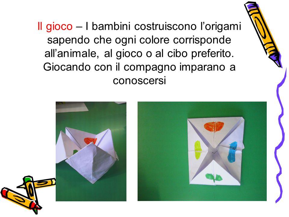 Il gioco – I bambini costruiscono l'origami sapendo che ogni colore corrisponde all'animale, al gioco o al cibo preferito.