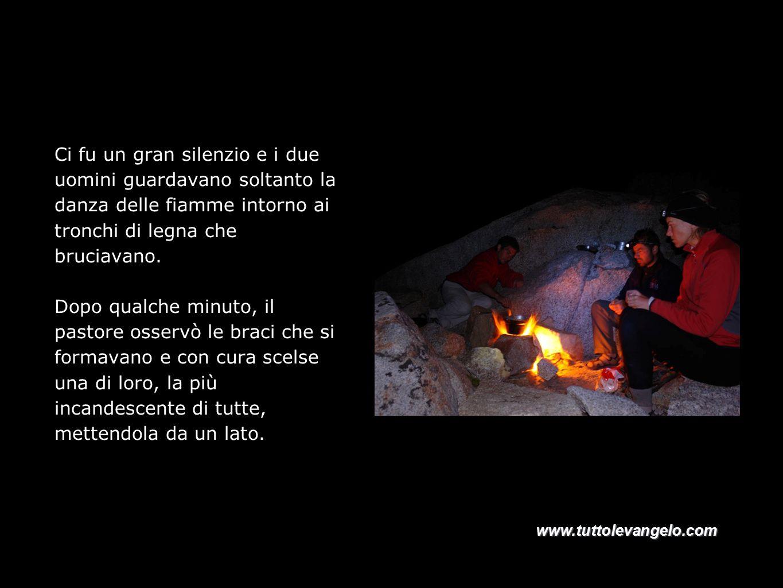 Ci fu un gran silenzio e i due uomini guardavano soltanto la danza delle fiamme intorno ai tronchi di legna che bruciavano.