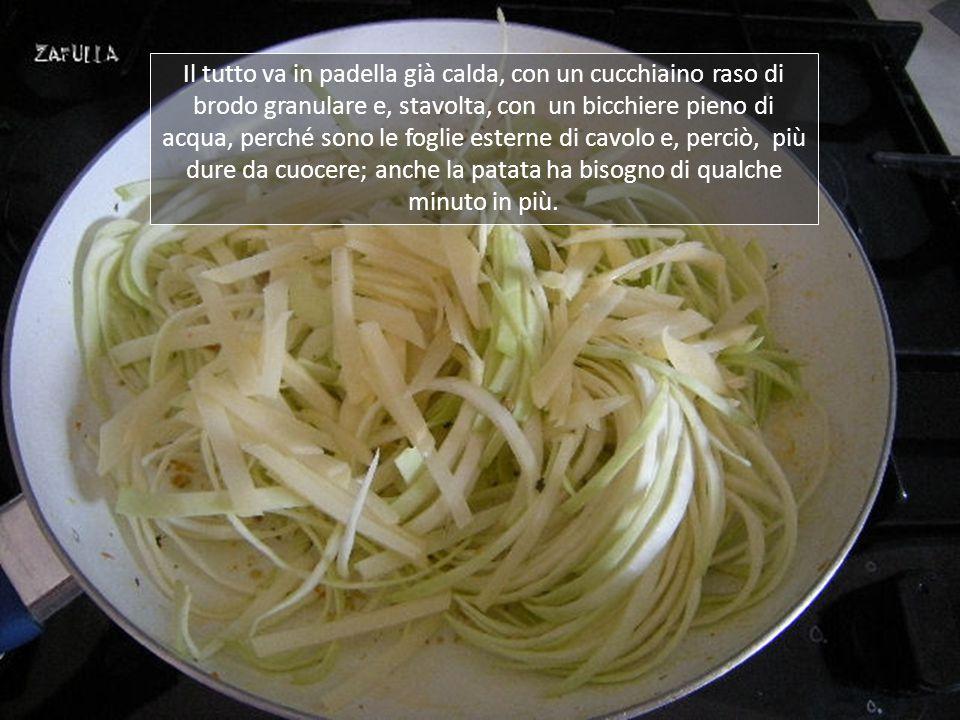 Sia le foglie di cavolo che la patata, sono state lavate (e la patata sbucciata), affettate sottilmente e ridotte a fettuccine ;