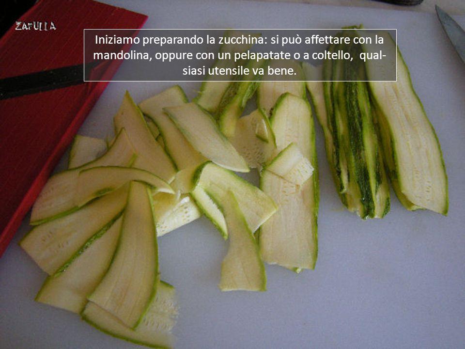 Iniziamo preparando la zucchina: si può affettare con la mandolina, oppure con un pelapatate o a coltello, qual- siasi utensile va bene.
