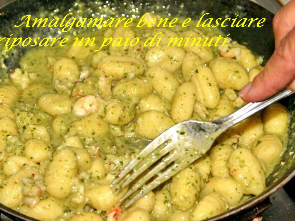 Versare nella padella con il pesto ed i gamberi aggiungendo un mestolo di acqua di cottura della pasta