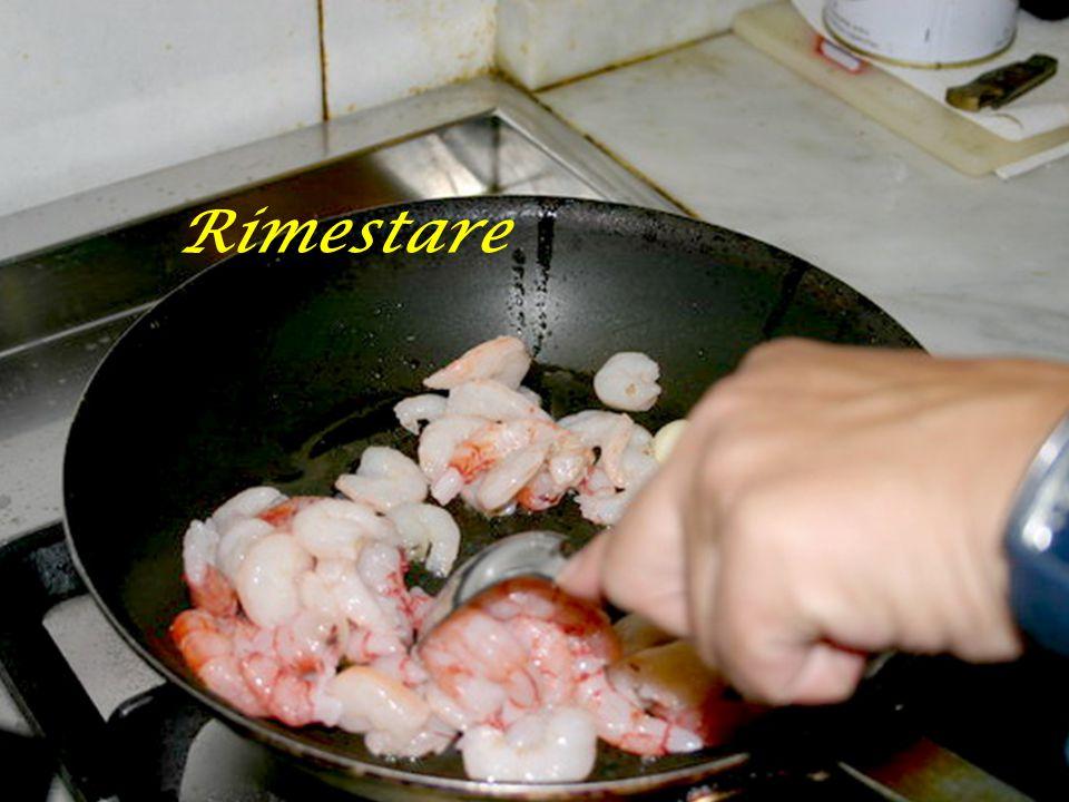 Mettere in padella i gamberi sgusciati con uno spicchio di aglio