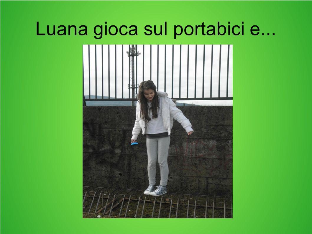 Luana gioca sul portabici e...
