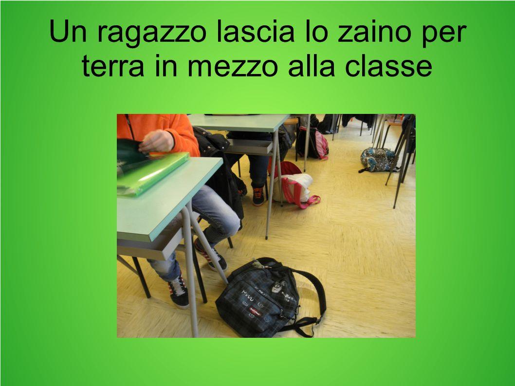 Un ragazzo lascia lo zaino per terra in mezzo alla classe