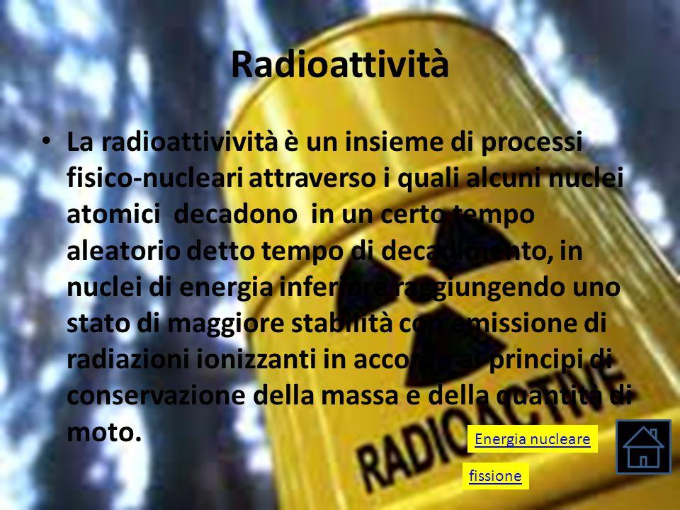 Radioattività La radioattivività è un insieme di processi fisico-nucleari attraverso i quali alcuni nuclei atomici decadono in un certo tempo aleatori