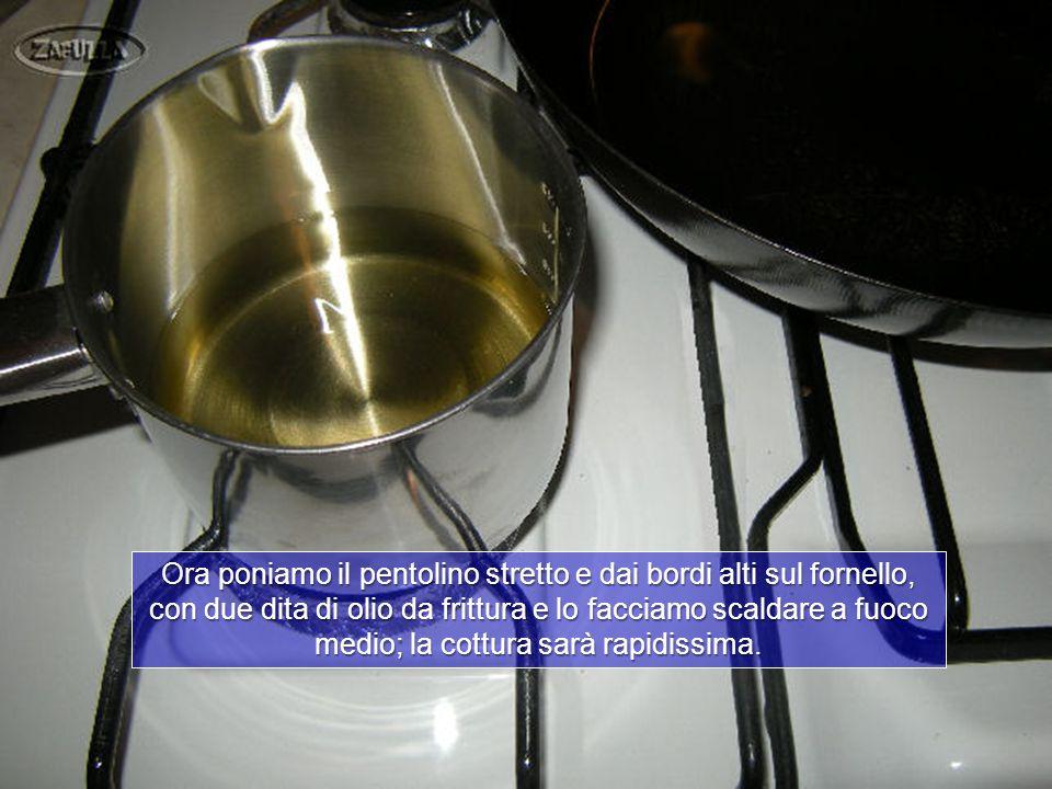 La cottura sarà molto veloce e magari converrà tenere a portata di mano le chiacchiere o frappe ; le possiamo mettere su un vassoio coperto di carta da forno;