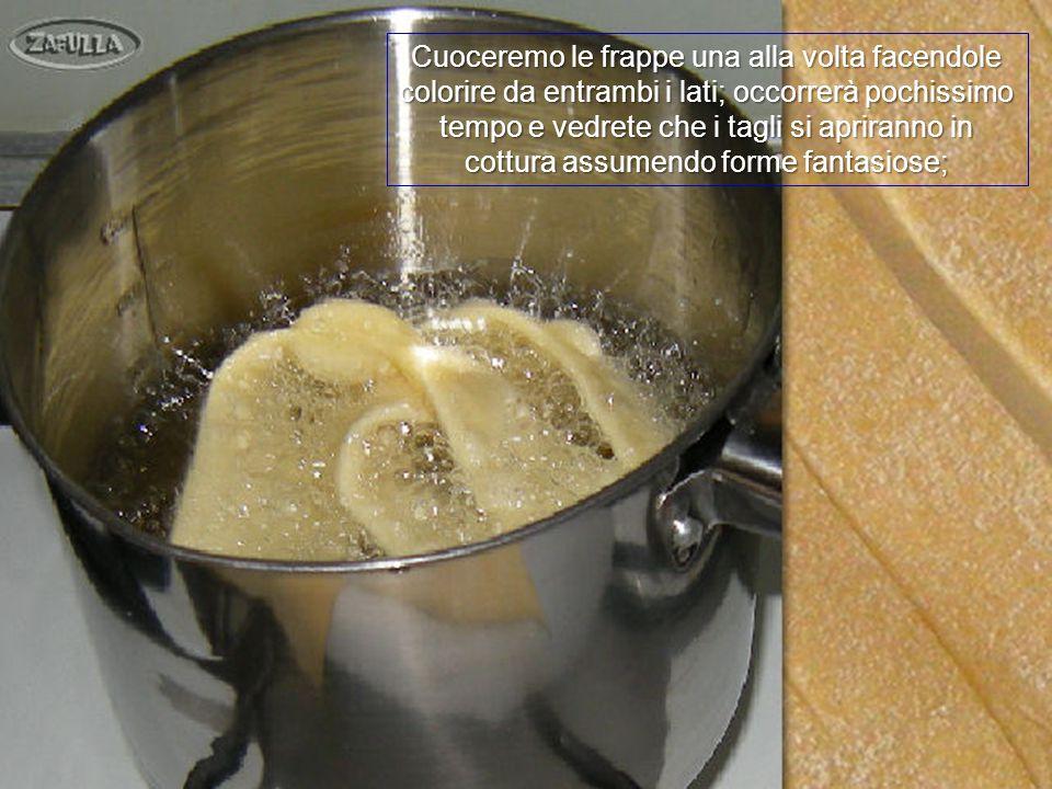 Ora poniamo il pentolino stretto e dai bordi alti sul fornello, con due dita di olio da frittura e lo facciamo scaldare a fuoco medio; la cottura sarà rapidissima.
