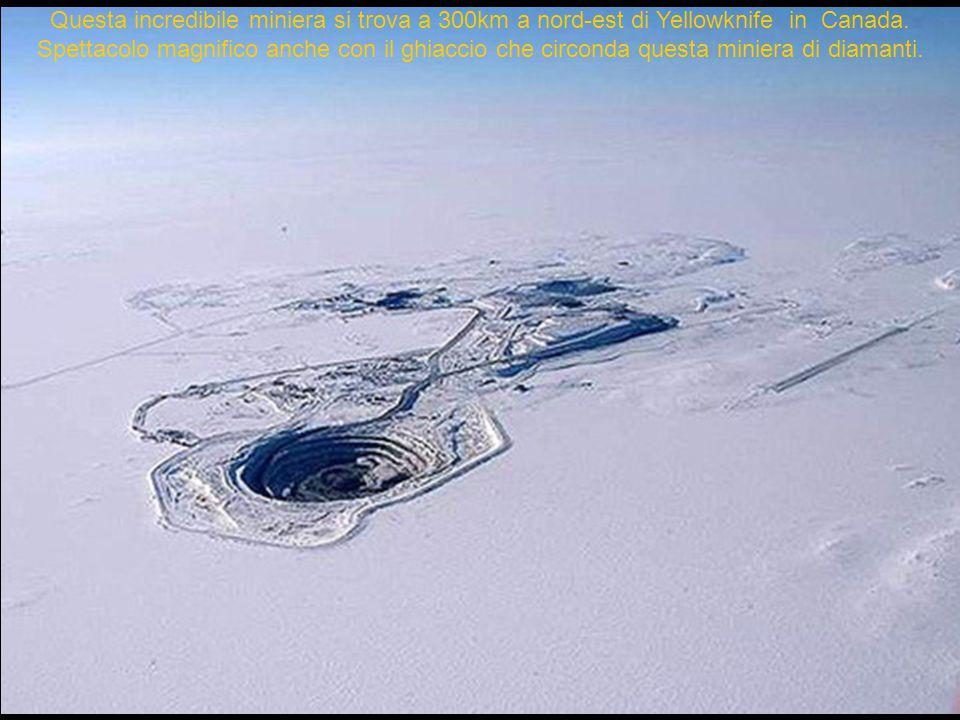 Questa incredibile miniera si trova a 300km a nord-est di Yellowknife in Canada. Spettacolo magnifico anche con il ghiaccio che circonda questa minier