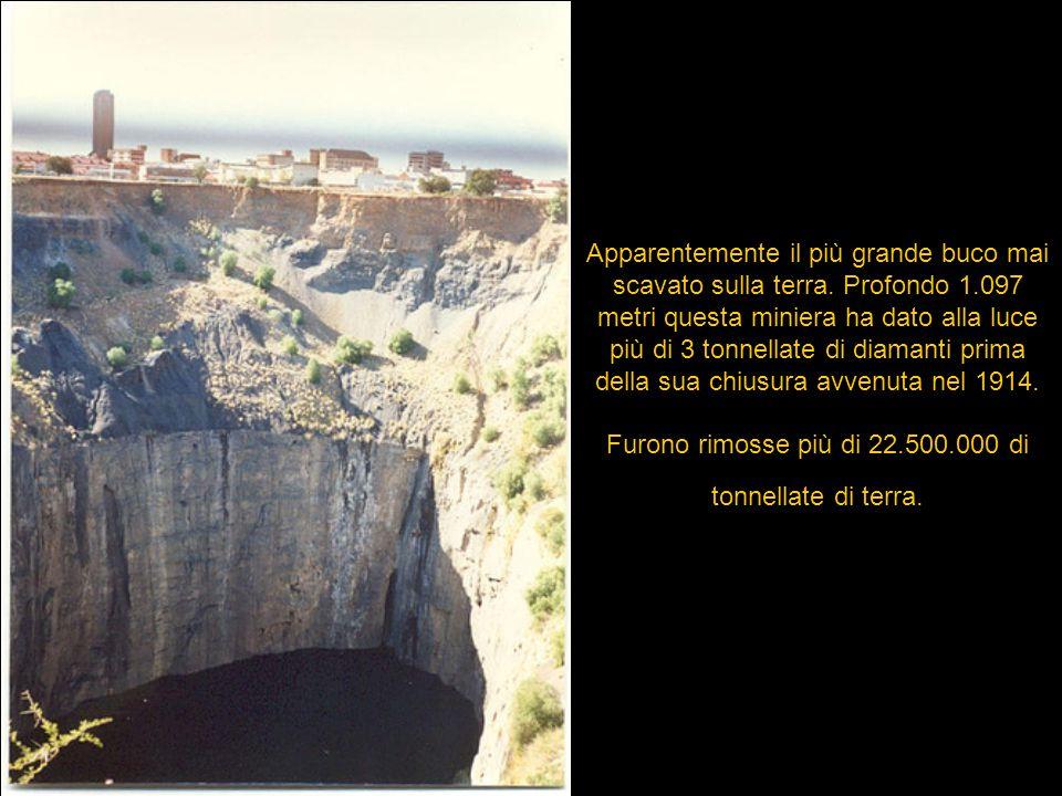 Apparentemente il più grande buco mai scavato sulla terra. Profondo 1.097 metri questa miniera ha dato alla luce più di 3 tonnellate di diamanti prima