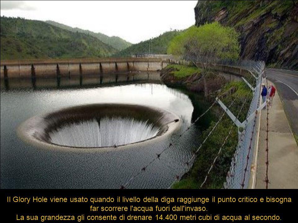 Il Glory Hole viene usato quando il livello della diga raggiunge il punto critico e bisogna far scorrere l'acqua fuori dall'invaso. La sua grandezza g