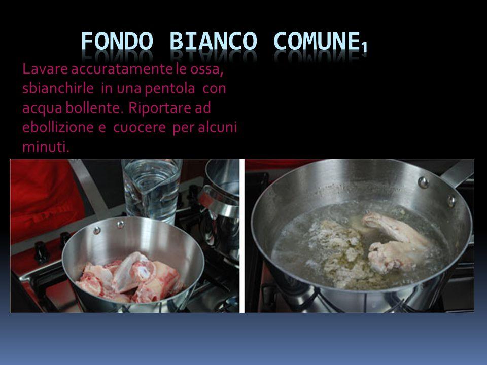 Lavare accuratamente le ossa, sbianchirle in una pentola con acqua bollente. Riportare ad ebollizione e cuocere per alcuni minuti.