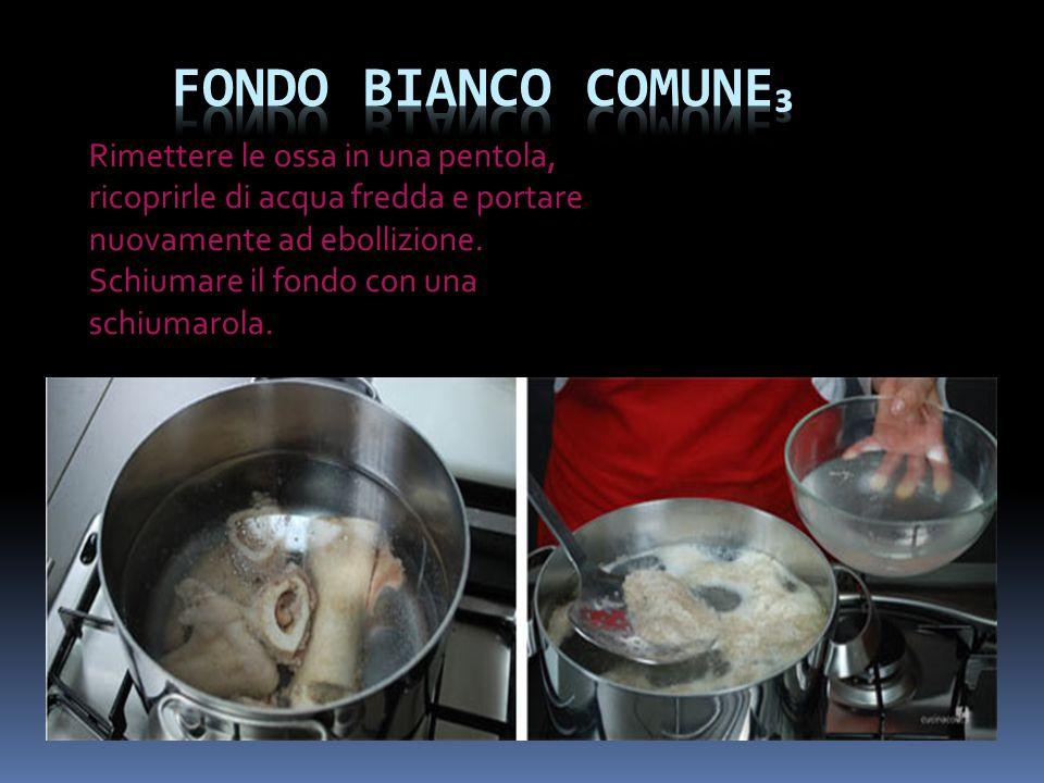 Unire tutti gli elementi aromatici. Lasciare sobbollire per 3-4 ore, schiumando all'occorrenza