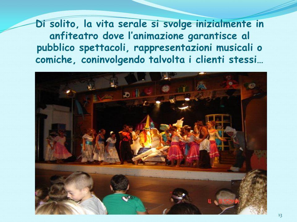 13 Di solito, la vita serale si svolge inizialmente in anfiteatro dove l'animazione garantisce al pubblico spettacoli, rappresentazioni musicali o com