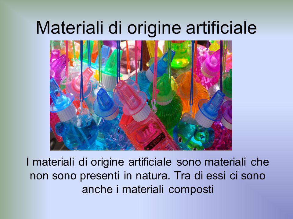 Tra i materiali di origine artificiale possiamo includere: materie plastiche, gomme sintetiche, fibre tessili chimiche, leghe metalliche e materiali composti.