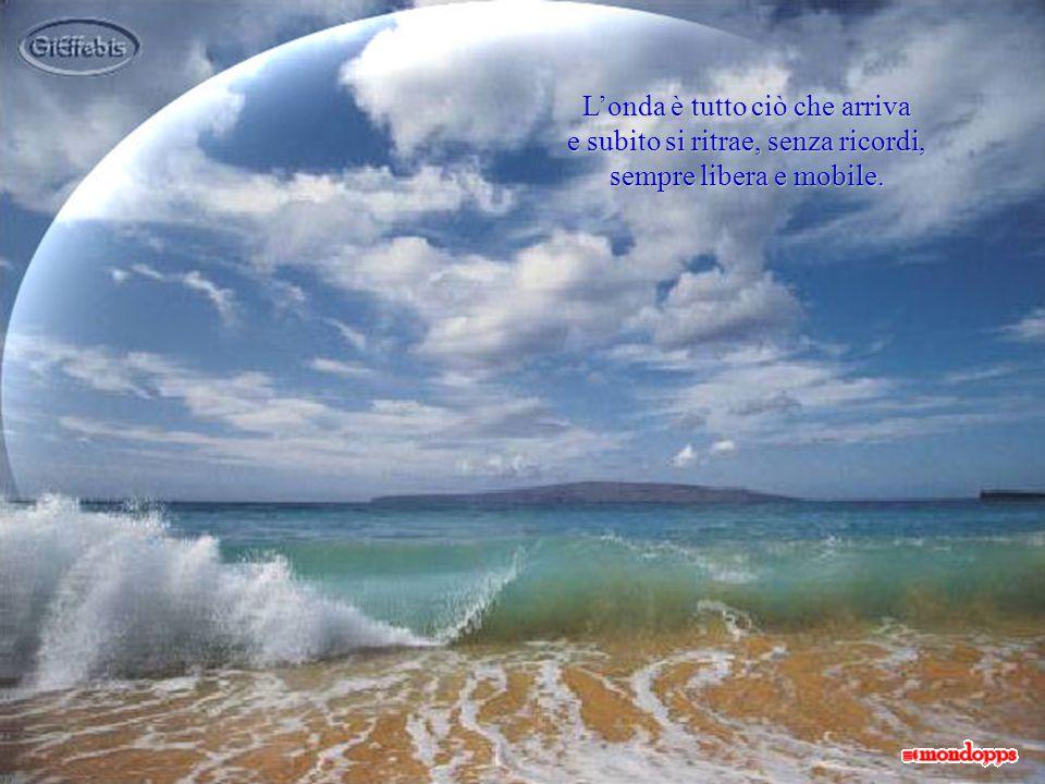 Le onde si disperdono sulla spiaggia orlandone i contorni di soffice spuma bianca, ricamata, come la trina di un merletto