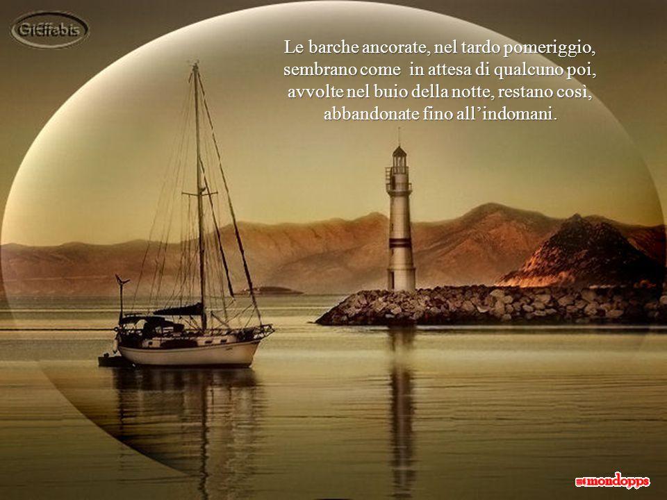 Le barche ancorate, nel tardo pomeriggio, sembrano come in attesa di qualcuno poi, avvolte nel buio della notte, restano così, abbandonate fino all'indomani.