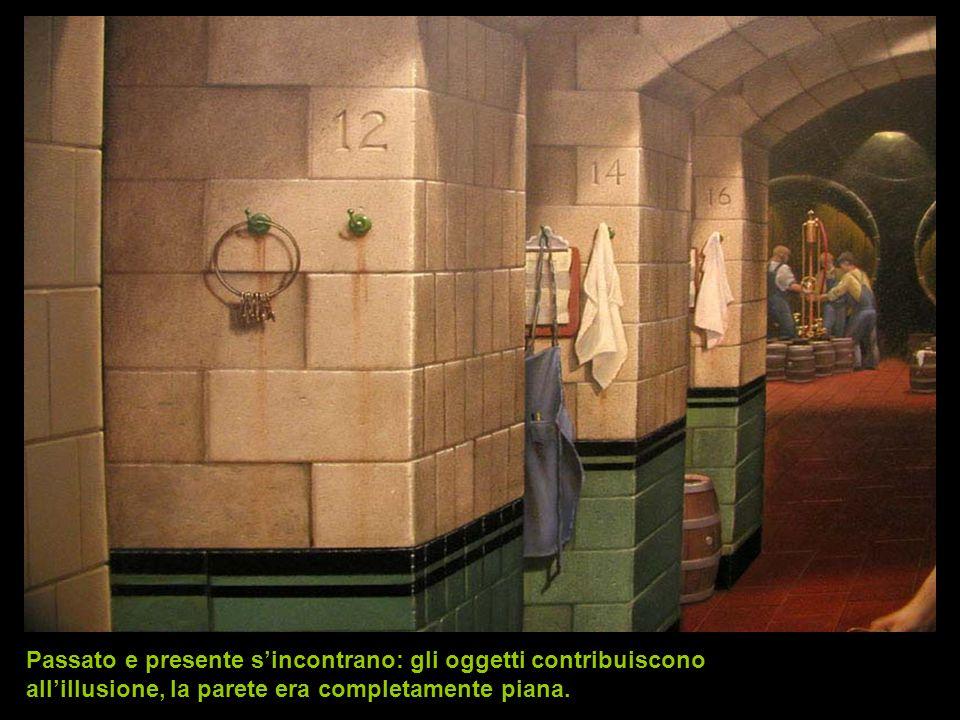 Passato e presente s'incontrano: gli oggetti contribuiscono all'illusione, la parete era completamente piana.