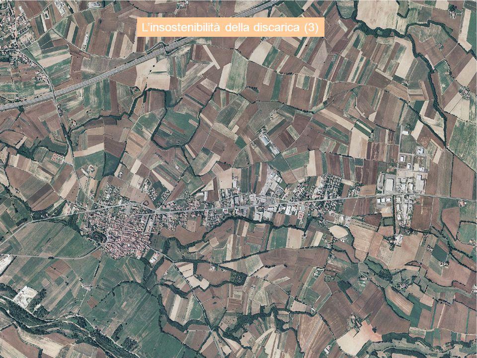 L'insostenibilità della discarica (3) Italia (300.000 km 2, 60 ml di abitanti): c.a. 30 Mt/a di RU. Tutto in discarica: (densità 0,9 t/m3) necessità d