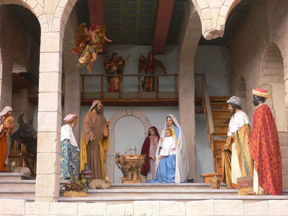 Con la liturgia natalizia la Chiesa ci introduce nel grande Mistero dell'Incarnazione.
