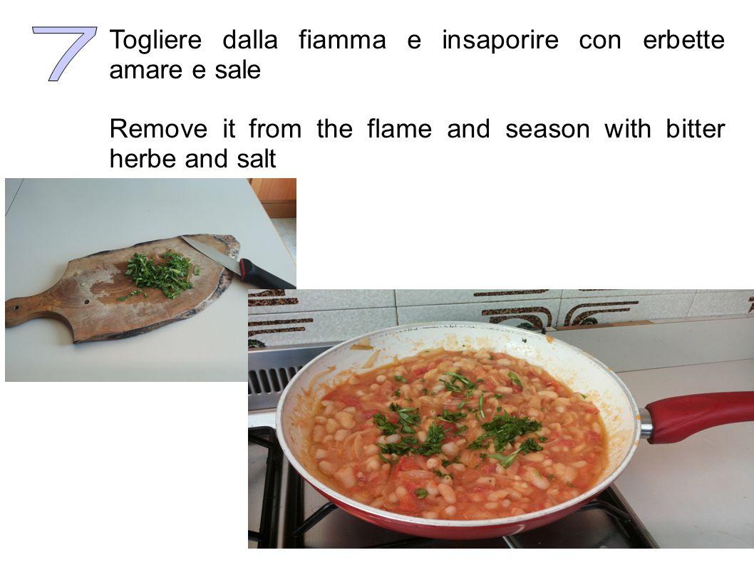 In una ciotola sbattere l'uovo intero e unirlo ai fagioli e al pomodoro. Continuare a rimestare, per 3-4 minuti, fino a cottura ultimata. Beat up the