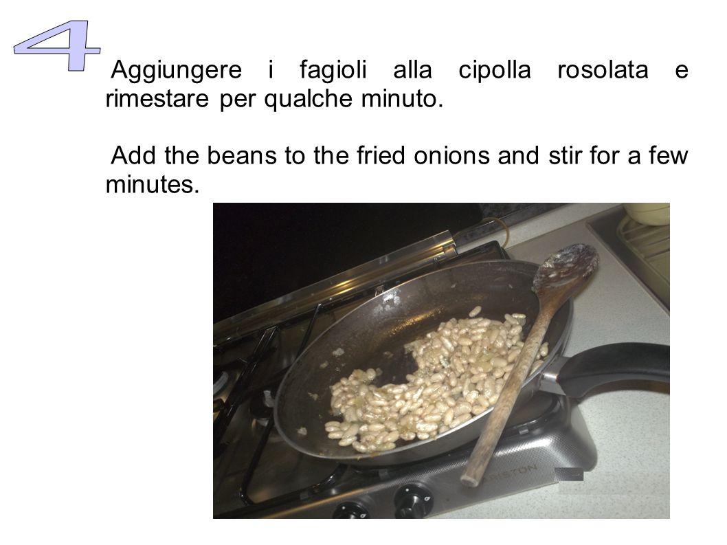 A parte preparare la salsa di pomodoro: lavare i pomodori e tagliarli in piccoli pezzi. Far cuocere a fiamma bassa in una padella con coperchio. Quand