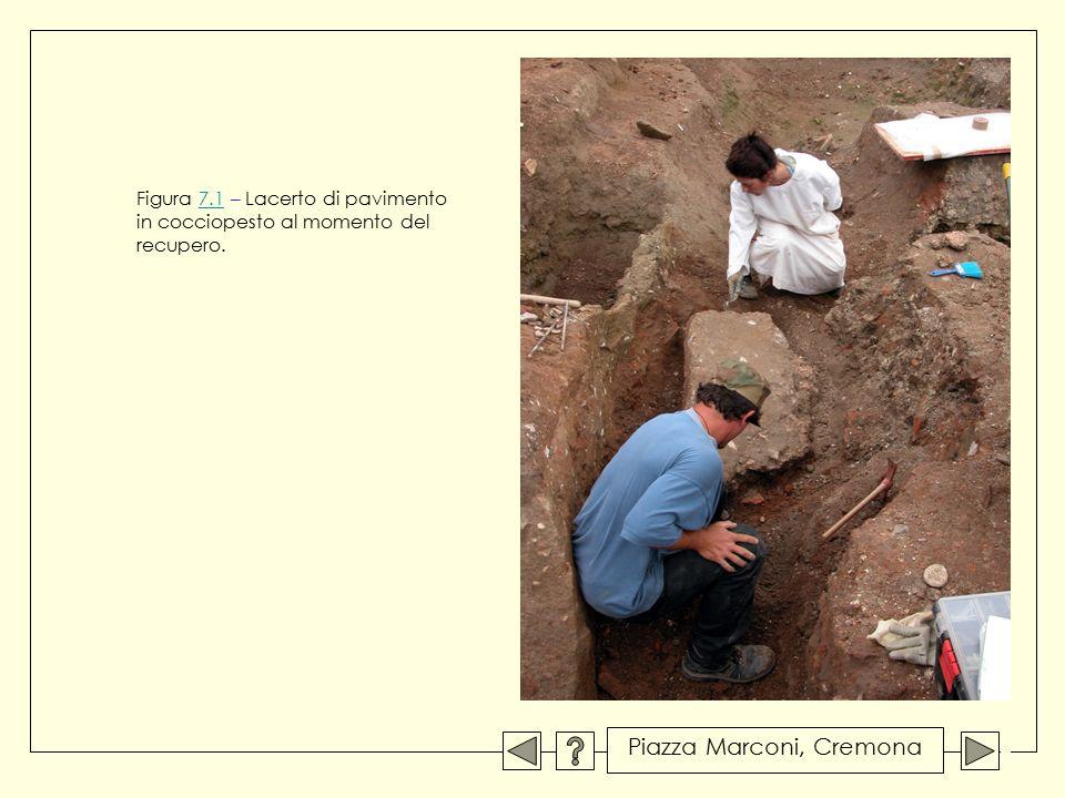 Figura 7.1 – Lacerto di pavimento in cocciopesto al momento del recupero.7.1 Piazza Marconi, Cremona